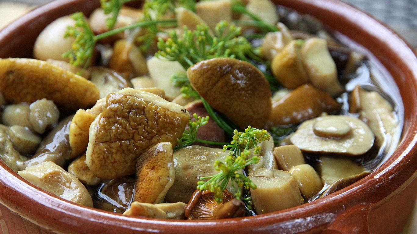 Маринованные грибы в тарелке