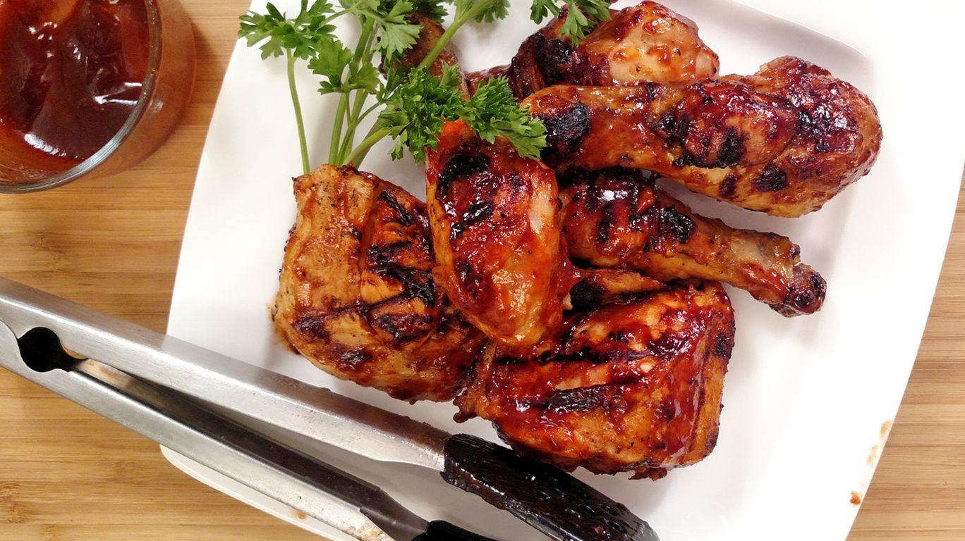 Шашлык из курицы на тарелке с зеленью