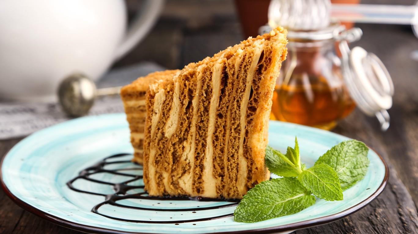 Торт медовик на тарелке с мятой