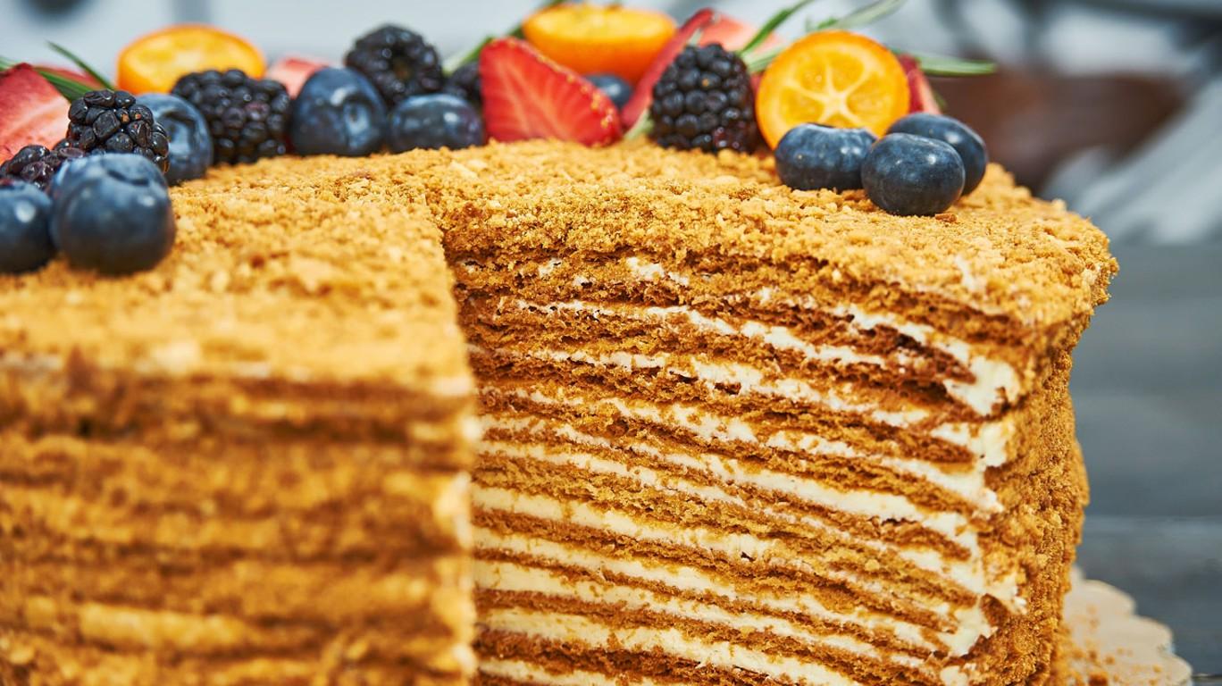 Торт медовик с ягодами