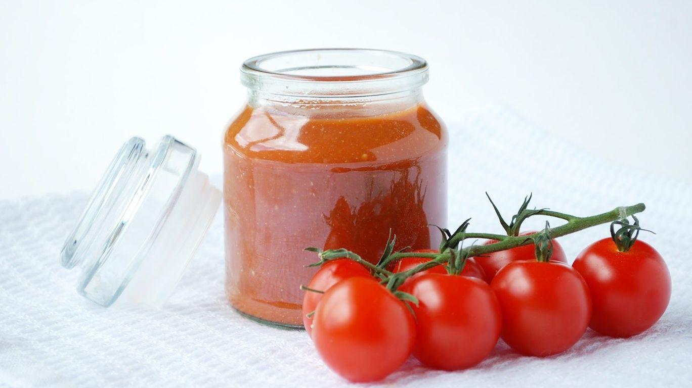 Кетчуп в банке с помидорами