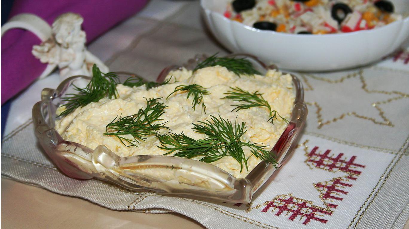 Еврейский салат с плавленным сыром и яйцом
