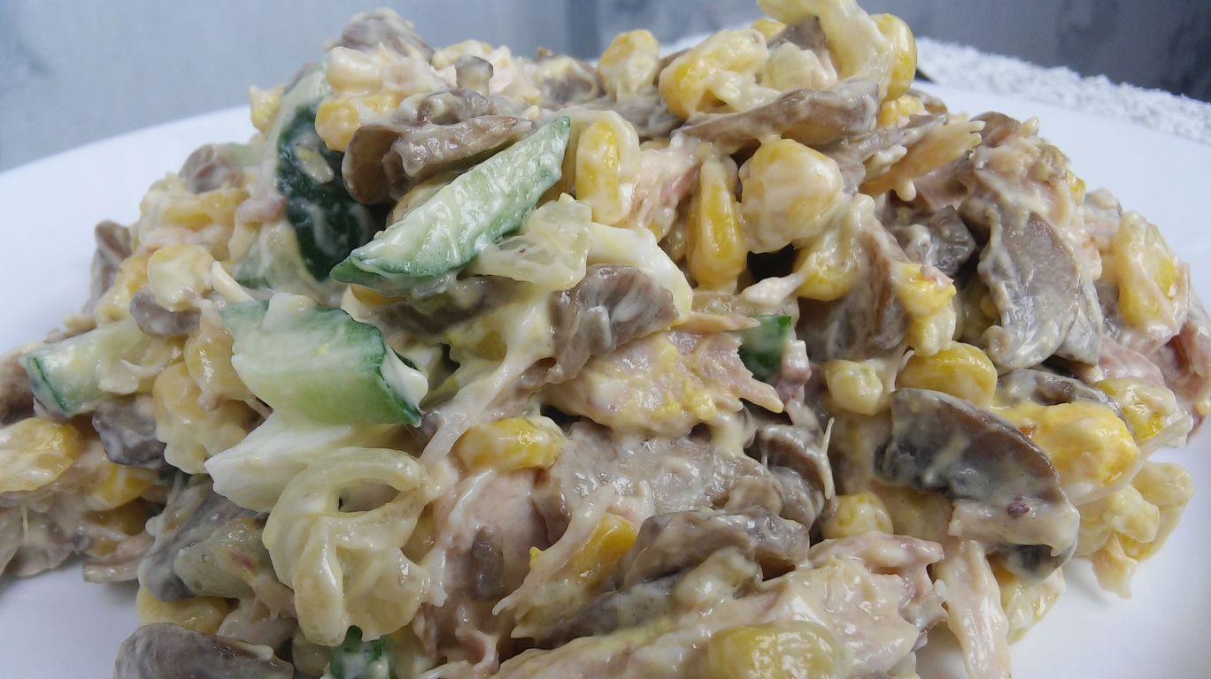 Салат с жаренными грибами и курицей